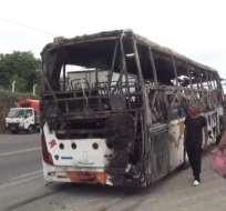 BUENA FE, Ecuador.- Bus de la cooperativa Aerotaxi quedó completamente consumido por las llamas. Foto: Captura Video.
