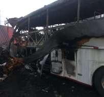 Al menos 6 muertos en choque e incendio de tres vehículos en vía Quevedo-Santo Domingo. Foto: CTE