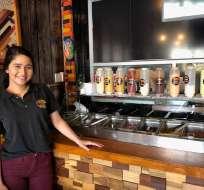 Frányela Guerrero, una de las venezolanas que trabaja en el 058 Street Food de Urdesa Central. Foto. ecuavisa.com