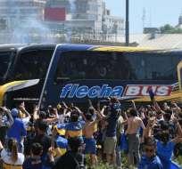 BUENOS AIRES, Argentina.- Hinchas de Boca Juniors saludan al bus donde eran transportados los jugadores previo a las agresiones.