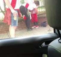 BUENOS AIRES, Argentina.- El video de la mujer pegando las bengalas en el cuerpo del menor fue rápidamente viralizado.