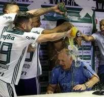 RIO DE JANEIRO, Brasil.- El técnico Felipe Scolari celebra junto a sus jugadores el título conseguido. Foto: Palmeiras