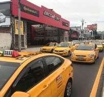 QUITO, Ecuador.- Taxistas aseguran que están en contra de posible regulación a la asignación de cupos. Foto: Radio Pública.