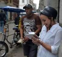 LA HABANA, Cuba.- Viajar, estar conectados con el mundo, significa para los cubanos más que modernidad. Foto: AFP.