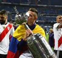 MADRID, España.- El colombiano Rafael Santos celebra con el trofeo en sus manos. Foto: AFP