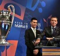 NYON, Suiza.- El sorteo fue realizado por el jugador español Luis Garcia junto al directivo de la UEFA Michael Heselschwerdt.