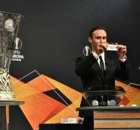 NYON, Suiza.- El exfutbolista portugués Ricardo Carvalho realizó el sorteo. Foto: AFP