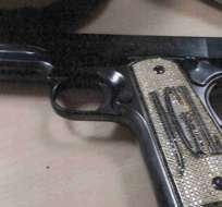"""Foto de la pistola con las iniciales de """"El Chapo"""" que la fiscalía de EE.UU. presentó como prueba en el juicio en Nueva York."""