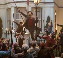 """Lin-Manuel Miranda, centro, y Emily Blunt en una escena de """"Mary Poppins Returns"""" en una imagen proporcionada por Disney."""