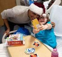Barack Obama entrega regalos en hospital de niños. Foto: AFP