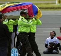 QUITO, Ecuador.- Familiares reciben los cadáveres de los ecuatorianos Óscar Villacís y Katty Velasco. Foto: AFP.