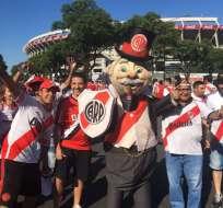 BUENOS AIRES, Argentina.- Cientos de hinchas del equipo 'millonario' celebran a su equipo en el estadio Monumental.