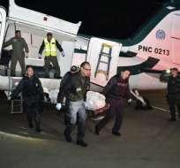 BOGOTÁ, Colombia.- Personal forense traslada uno de los cuerpos abatidos en el operativo contra 'Guacho'. Foto: AFP.