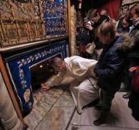 Peregrinos contemplan el lugar exacto donde habría nacido Jesús. Foto: AFP.