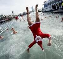 BARCELONA, España.- Muchos de los competidores acuden disfrazados a la tradicional competencia. Foto: AFP
