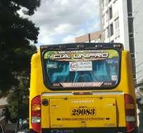 QUITO, Ecuador.- Unidades de la transportación escolar se concentraron en Quito en rechazo a eventual alza. Foto: Twitter