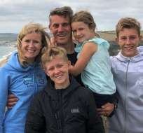 La familia Carter: (de derecha a izquierda) Claire, Martin, Sarah, Nathan y el responsable del experimento, Matthew, adelante.