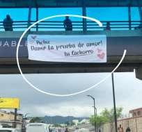El curioso cartel provocó furor entre los transeúntes. Foto: Captura Instagram.