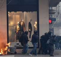Manifestantes lanzaron fumígenos y piedras contra los gendarmes. Foto: AFP