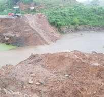 Lluvias destruyen paso alterno en vía Esmeraldas-Manabí. Foto: Gobernación Esmeraldas