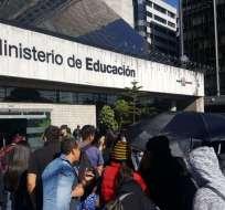 QUITO, Ecuador.- El grupo de trabajadores espera respuestas por la anunciada separación laboral de la entidad. Foto: API