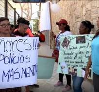PLAYAS, Ecuador.- Familiares de los acusados se concentraron en exteriores de la diligencia. Foto: Fernando Monroy / Ecuavisa