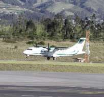Primero llegó el avión con los familiares de la joven. Foto: API