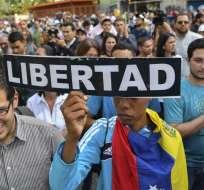 Luego de custodia de autoridades, 2 comunicadores chilenos fueron deportados. Foto: AFP