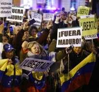 Venezolanos residentes en Barcelona piden la salida del presidente Nicolás Maduro el miércoles 23 de enero del 2019. Foto: AP