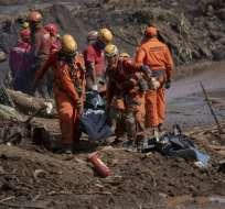 Socorristas trasladan el cuerpo de una víctima de la tragedia minera en Brumadinho, estado brasileño de Minas Gerais. Foto: AFP