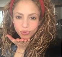 Shakira se arriesga con radical cambio de look.