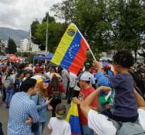 QUITO, Ecuador.- Con banderas, pancartas y música autóctona, los migrantes se movilizaron en la Cruz del Papa. Foto: API.