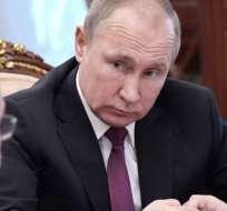 Vladimir Putin, presidente de Rusia, durante una reunión con dos de sus ministros en el Kremlin este sábado.