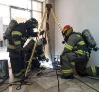 QUITO, Ecuador.- Los bomberos ventilaron el lugar antes de realizar los levantamientos de los cadáveres. Foto: Bomberos Quito