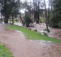 Fuertes lluvias producen crecida del río Yanuncay en Cuenca. Foto: Cuerpo de Bomberos Cuenca