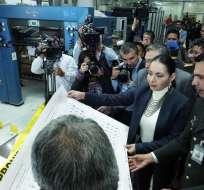 QUITO, Ecuador.- La presidenta del CNE, Diana Atamaint, durante la impresión de las papeletas de votación. Foto: CNE