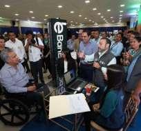 GUAYAQUIL, Ecuador.- El titular de BanEcuador explica al primer mandatario los tipos de créditos que se otorgarán. Foto: Secom