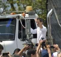El autoproclamado presidente interino Juan Guaidó levanta el pulgar tras subirse a uno de los camiones con ayuda. Foto: AP