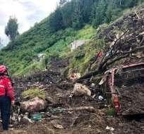 QUITO, Ecuador.- Según información preliminar del Cuerpo de Bomberos, existen personas atrapadas. Foto: Twitter