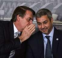 El 'tributo' ocurrió durante un encuentro con el gobernante paraguayo, Mario Abdo. Foto: AFP.