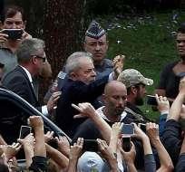 Lula llega al funeral de su nieto arropado por sus seguidores. Foto: AFP