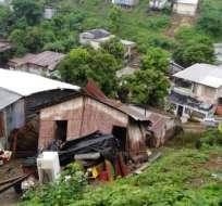 GUAYAQUIL, Ecuador.- Los habitantes de esta vivienda en Nueva Prosperina alcanzaron a salir antes de que cayera. Foto: Ecuavisa