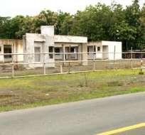 Centros en Palenque y Echeandía permanecen a medio construir y olvidados en la maleza. Foto: Captura Video.