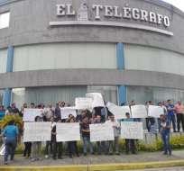 GUAYAQUIL, Ecuador.- El grupo de colaboradores que no se les ha cancelado el sueldo de febrero. Foto: Cortesía.