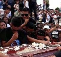 VALENCIA, Ecuador.- Familiares despiden a Wilson Ilaquiche durante su sepelio. Foto: Captura Video.