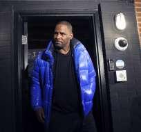 NUEVA YORK, EE.UU.- El músico R. Kelly sale de su estudio de grabación en Chicago. Foto: AP.