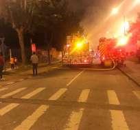 Incendio consumió parte de un mercado en Cuenca. Foto: Bomberos Cuenca