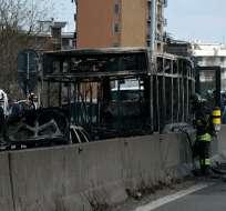 Un hombre prendió fuego a un bus escolar en Italia. Foto: AP