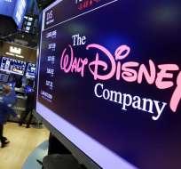 En esta imagen del 8 de agosto de 2017, el logo de The Walt Disney Co. en una pantalla encima de la Bolsa de Valores de NY. AP