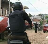 Delincuentes vestidos de policías robaron $17 mil de una casa en Guayaquil. Foto: Captura de video